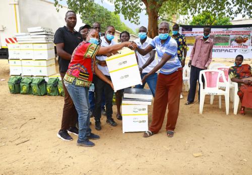 Sosteniamo la produzione di miele: 400 Arnie consegnate agli apicoltori in Kenya