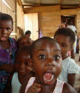 volti-sorridenti-bambini-adozione-distanza