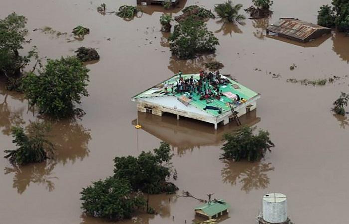 persone-sul-tetto-di-casa-inondazione-in-mozambico